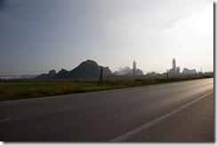 Les premiers pics de la baie d'halong avec son usine