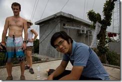 Mon guide et un des touristes en haut d'un des pics de l'ile