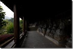 La pagode en construction avec des 10e de moines