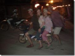 0245d - A 4 sur une mini mob, Kampot