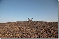0194 - Ma moto sur une montagne de cailloux, SudSudEst, Merzouga